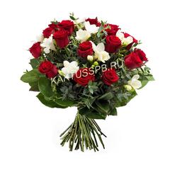 Букет из красных роз и фрезий