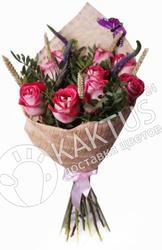 Букет бело-розовых роз и зелени