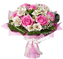 Букет розовых роз и белых альстромерий.