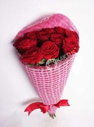Красные розы в искусственной упаковке
