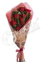 Красные розы в крафт-бумаге