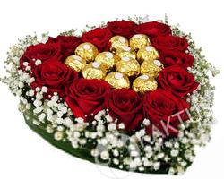 Конфеты и розы в форме сердца.