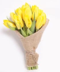 Желтые тюльпаны в мешковине