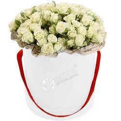 Кустовые розы в шляпной коробке
