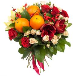 Цветы и фрукты в букете.