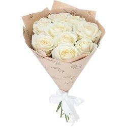 Букет белых роз в крафте.