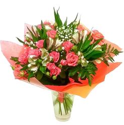 Букет розовых кустовых роз и альстромерий.