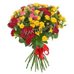 Букет красных, желтых и розовых кустовых роз