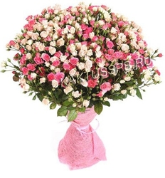 Букет белых и розовых кустовых роз