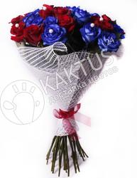 Букет из 27 синих и красных роз в сетке