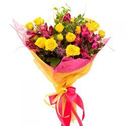 Кустовые розы в яркой упаковке.