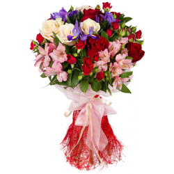 Букет кустовых роз с ирисами и альстромерией.