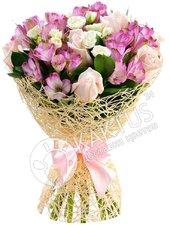 Букет белых роз и альстромерий.