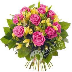 Розовые розы и альстромерия.
