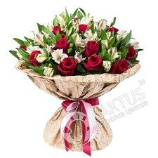 Красные розы и белые альстромерии в букете.