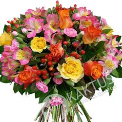 Розы и альстромерии в букете.