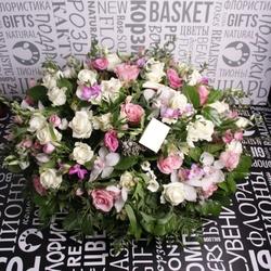 Корзина с розами, альстромериями и орхидеей цветами
