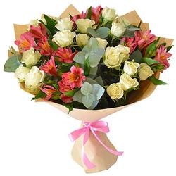 Кустовые розы в альстромериях с эвкалиптом.