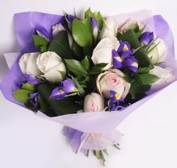 Букет белых роз и синих ирисов