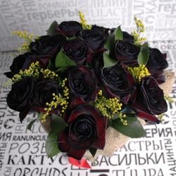 Букет из черных роз и солидаго