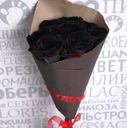 Букет из черных роз в крафт-бумаге