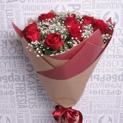 Букет с красными розами и гипсофилой в упаковке фото 1