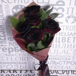 Букет из черных роз с зеленью