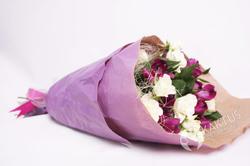 Букет с кустовой розой и альстромерией