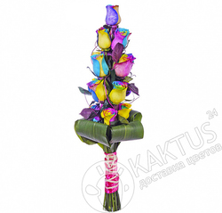 Вертикальный букет радужных роз.