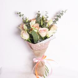 Букет с розовыми розами и лизиантусами