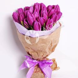 Букет из фиолетовых тюльпанов в крафте