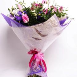 Букет с розами и ирисами