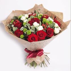Букет с розами и хризантемой