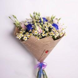 Букет с ромашками и синими розами