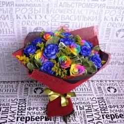 Букет с радужными и синими розами