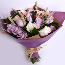 Букет с сиреневыми и белыми розами