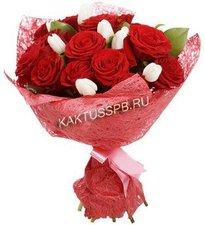 Букет красных роз и тюльпанов