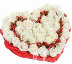 Сердце с белыми розами.
