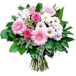 Бело-розовый букет гербер и хризантем.