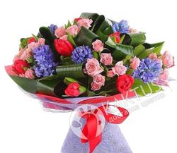 Кустовые розовые розы и гиацинты.