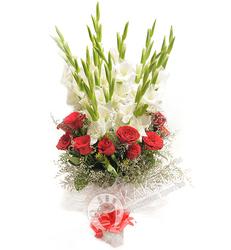 Букет белых гладиолусов и красных роз.
