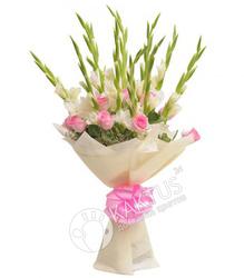 Букет белых гладиолусов и розовых роз.