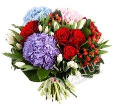 Букет гортензии и красных роз.