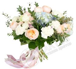 Букет гортензии и пионовидных роз.