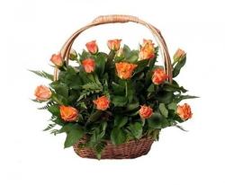Корзина оранжевых кенийских роз