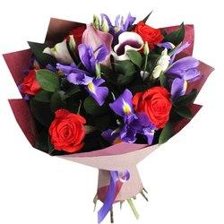 Букет с ирисами и розами