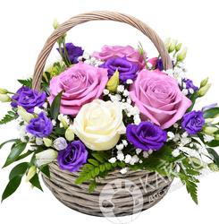 Розы и лизиантусы в корзине.