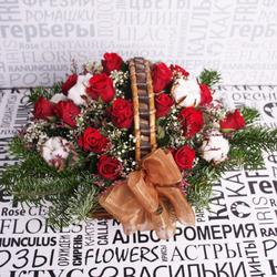 Корзина с розами, гипсофилой и хлопком