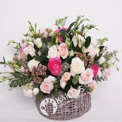 Корзина с цветами пионовидной розы