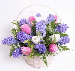 Тюльпаны и гиацинты в корзине.